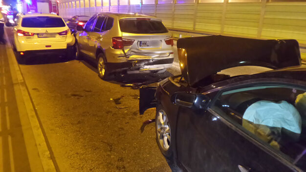 Kolizja na Modlińskiej. Trzy auta najechały na siebie